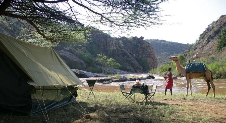 Fly Camping - beobachten sie wie die Samburu, ihre Tiere zu einem nahegelegenen Flüssen gleiten