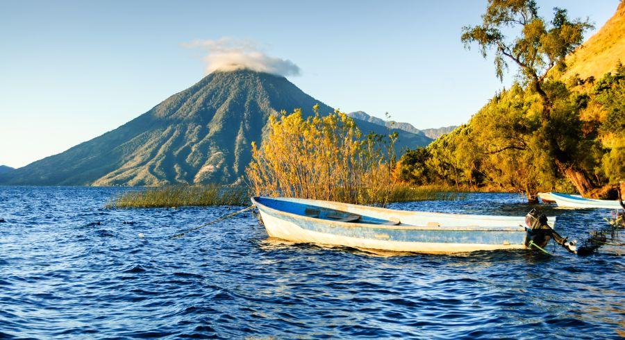 Aktiver Vulkan mit See im Vordergrund, Guatemala