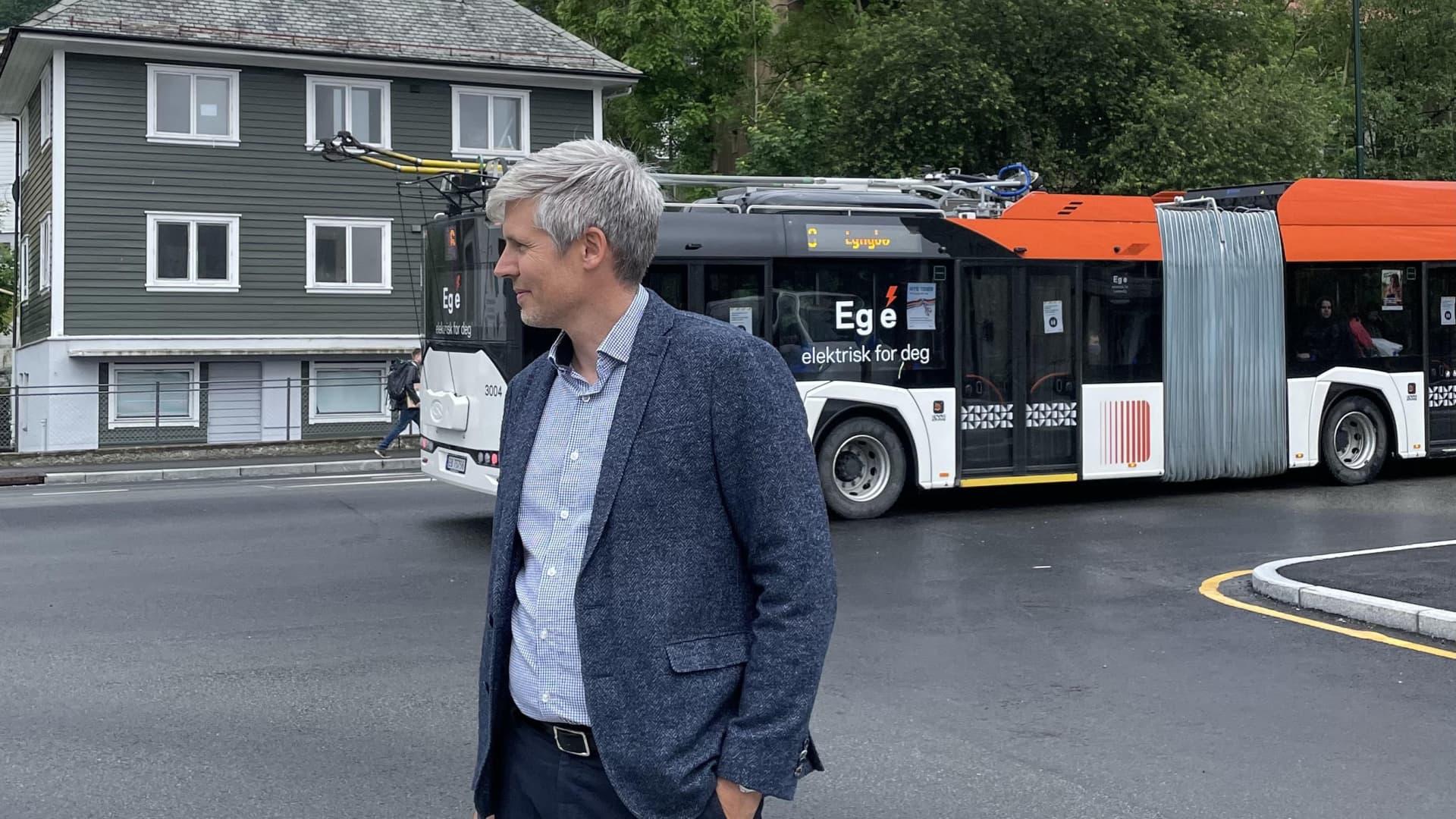André Feste i Frydenbø Eiendom står fremfor Trolleybussen på Indre Laksevåg