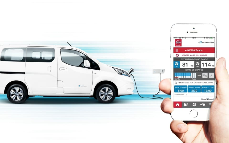 Illustrasjon av Nissan E NV 200 Evalia som lader via app på iPhone