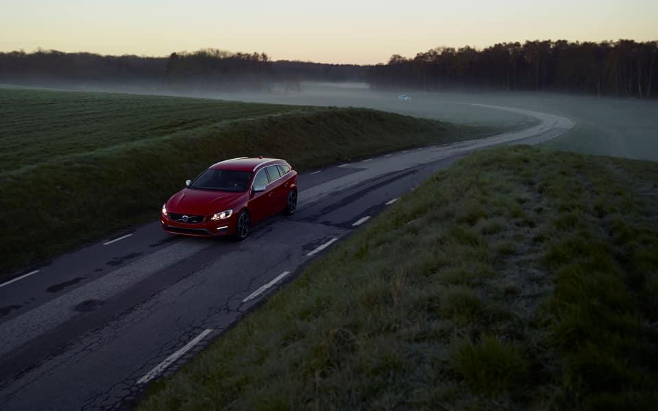 Rød Volvo V60 R-Design kjører  på landevei
