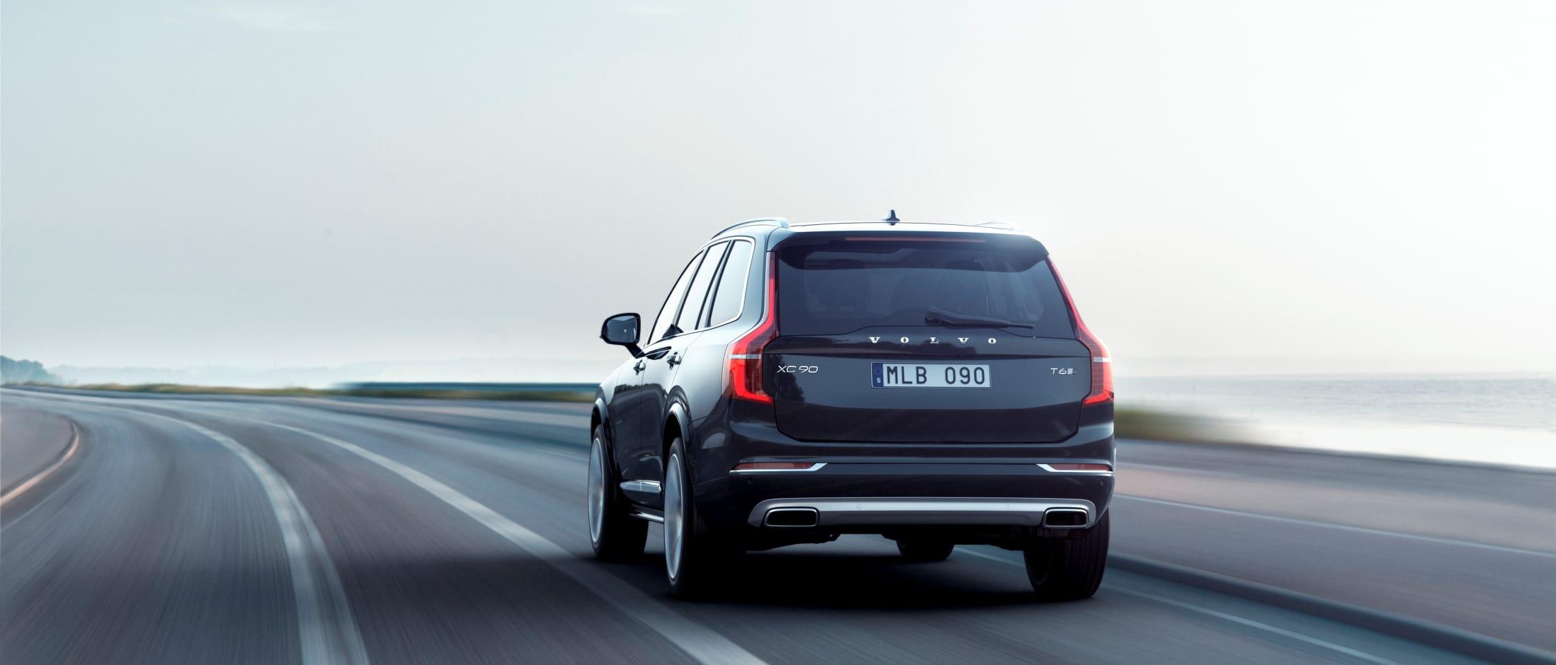 Sort Volvo XC90 Inscription kjører på veien under lys himmel