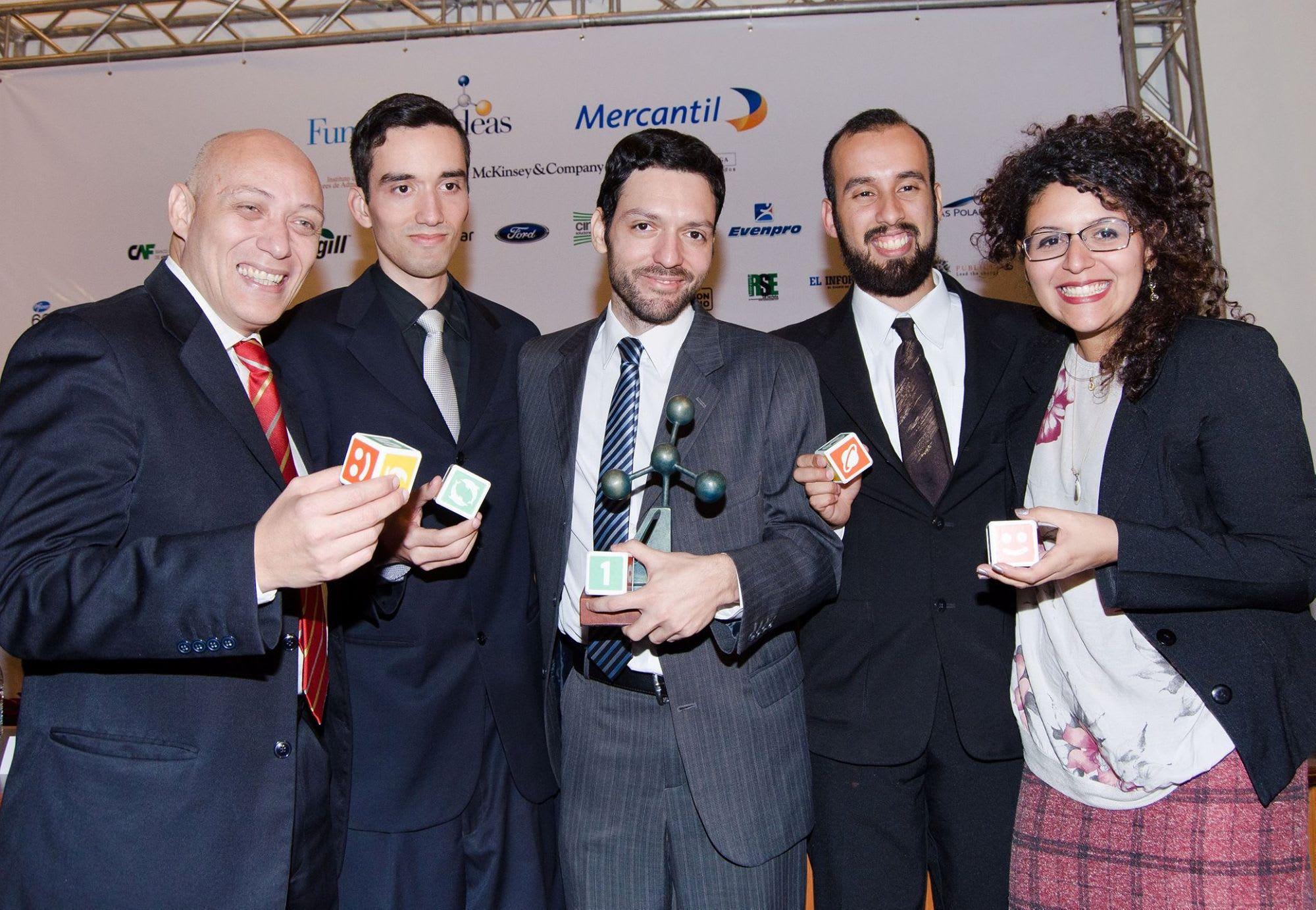 Equipo PleIQ recibiendo el 1er reconocimientocuando PleIQ solo era una idea, por el Concurso IDEAs en Caracas, Venezuela en.