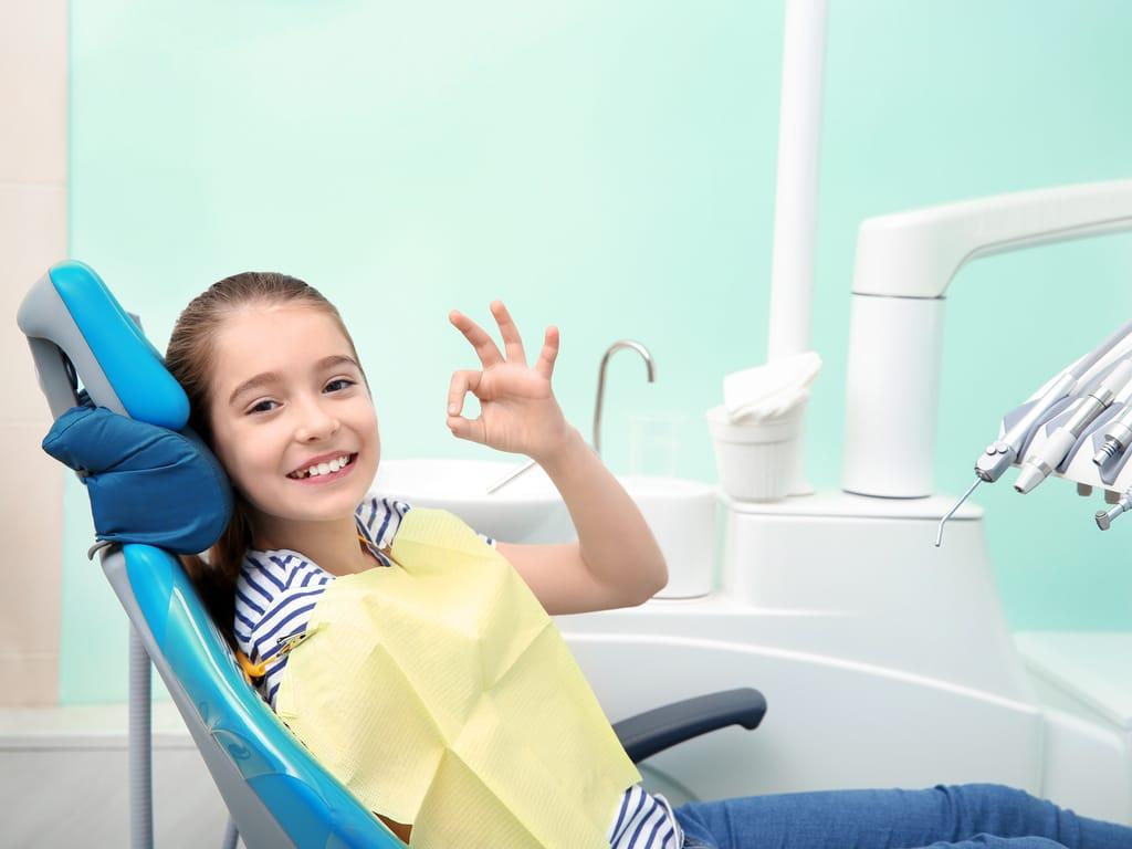 petite fille dans un fauteuil d'orthodontiste