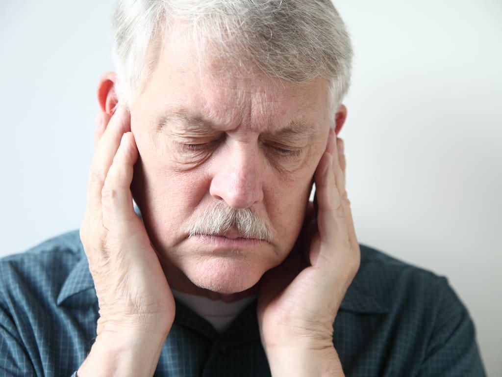 homme senior avec douleurs a la machoire