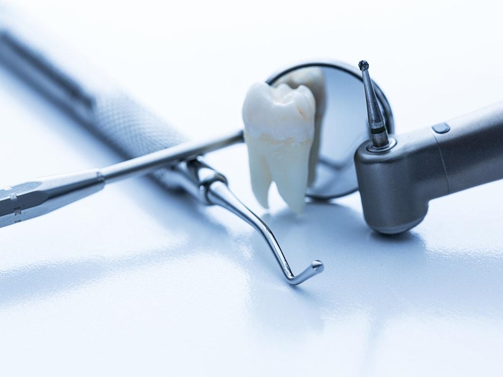 evocation soins dentaires avec instruments de dentiste