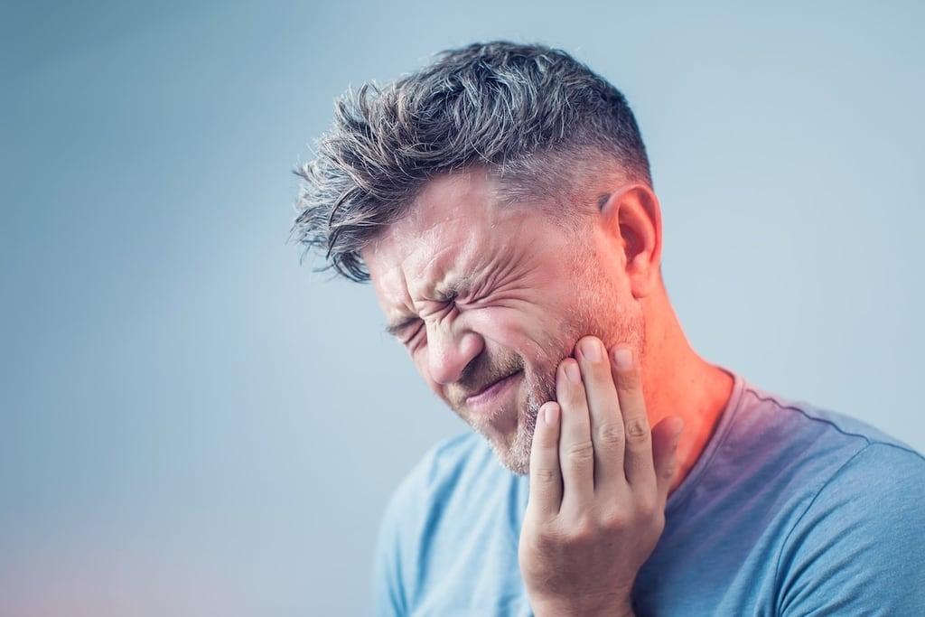 homme avec souffrance dentaire sur cote gauche
