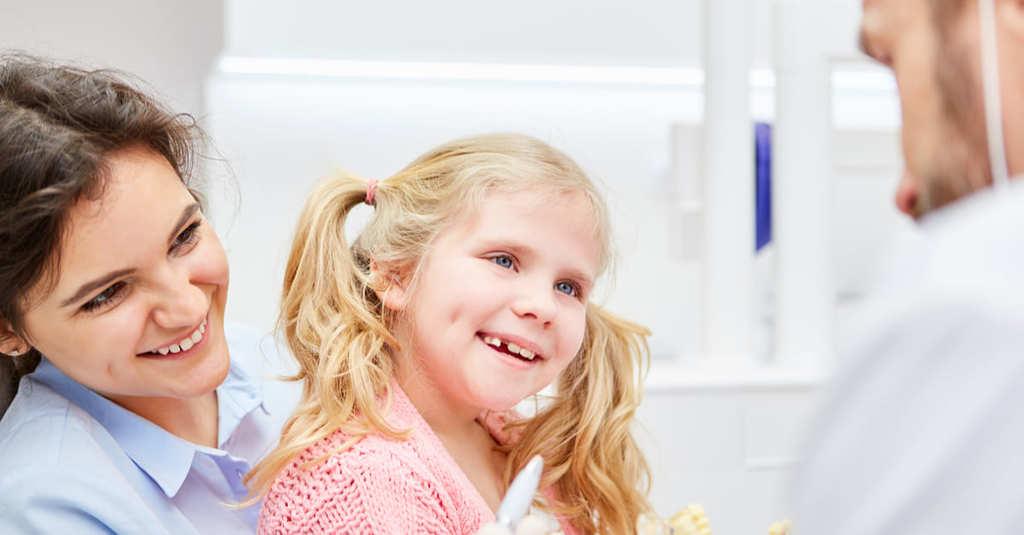 enfant avec maman chez le dentiste