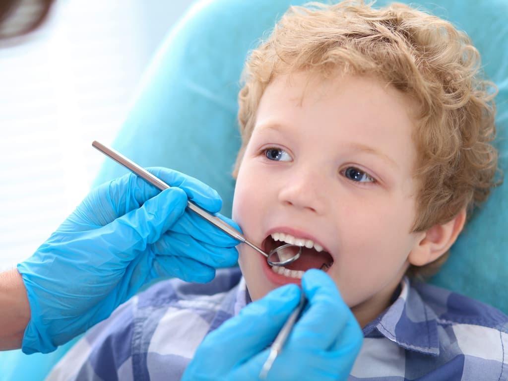 dentiste_oscultant_petit_garcon