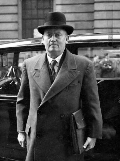 Frank Forde arriving at the Dominions Office in London, 1945