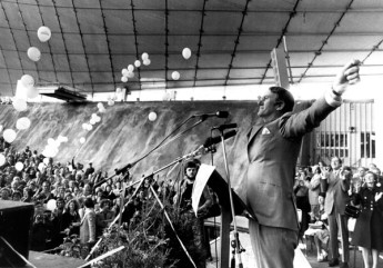 A confident Malcolm Fraser addresses a Liberal Party election rally. Image courtesy of News Limited.