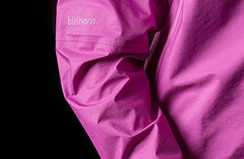 Norrøna dri3 Jacket. Vår letteste og mest pustende vanntette 3-lags jakke. Med fokus på lett vekt er denne regnjakken et førstevalg når det kommer til en rekke fjellaktiviteter.