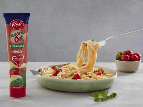 Favorito Familiepasta fra Kavli er middag på 10 minutter. Med pasta, FavoritoOst, litt melk, salt og pepper og basilikum har du en lekende lett middag. Cherrytomater, raspet ost og hvitløksbrød gjør seg også godt til.