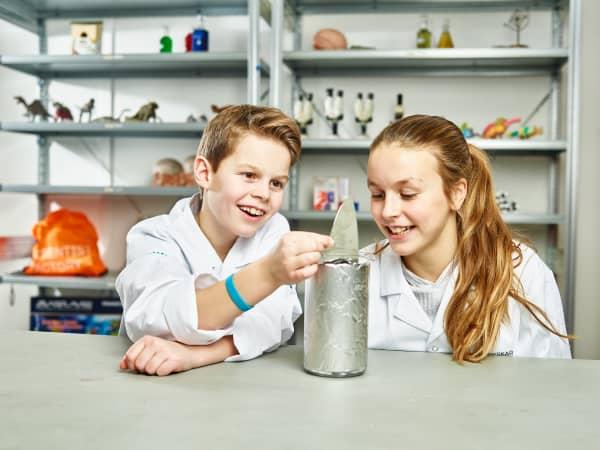Nå kan barna bli tubeforskere! Forskerfabrikkens eksperiment går ut på å tømme Kavli-tuben så godt som mulig før kasting, blant annet for å unngå matsvinn. Men hvordan kan tuben best tømmes? Det skal dere forske på i denne oppgaven!