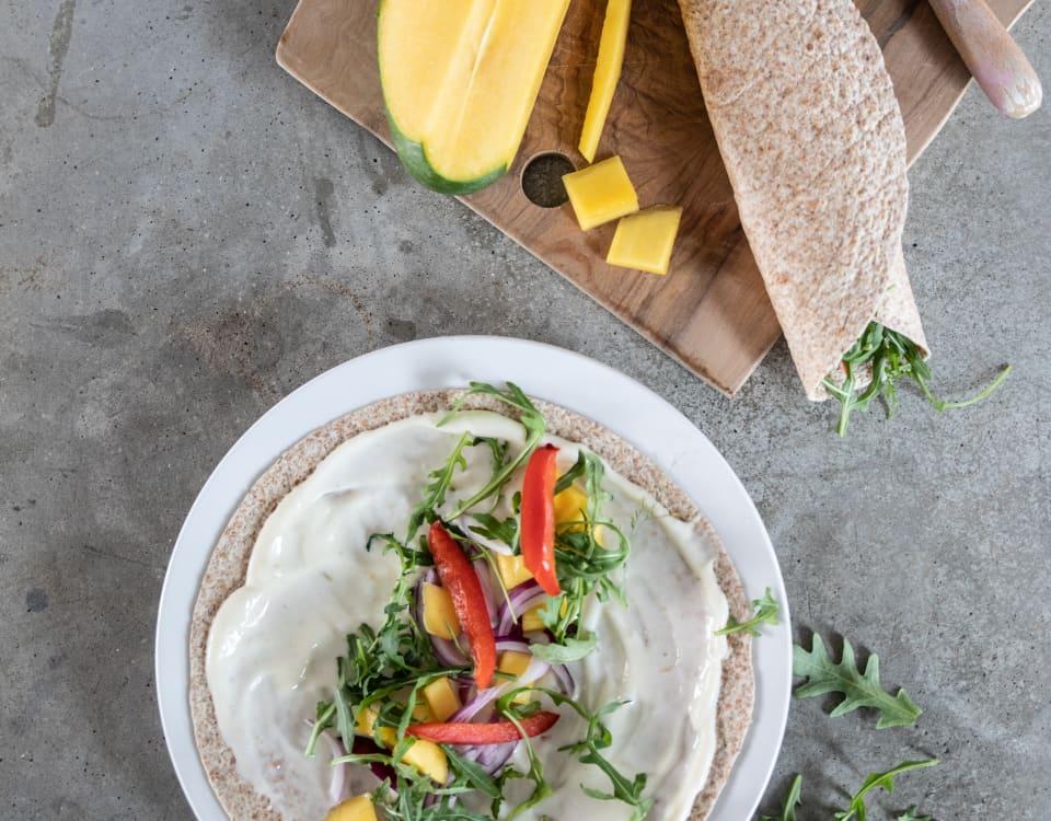 Wrap med Kavli MagerOst Jalapeño, rødløk og mango. Masse smak! Nytes enten kald, eller brunes på panne til middag. Vår vri på en sunn og god burrito!