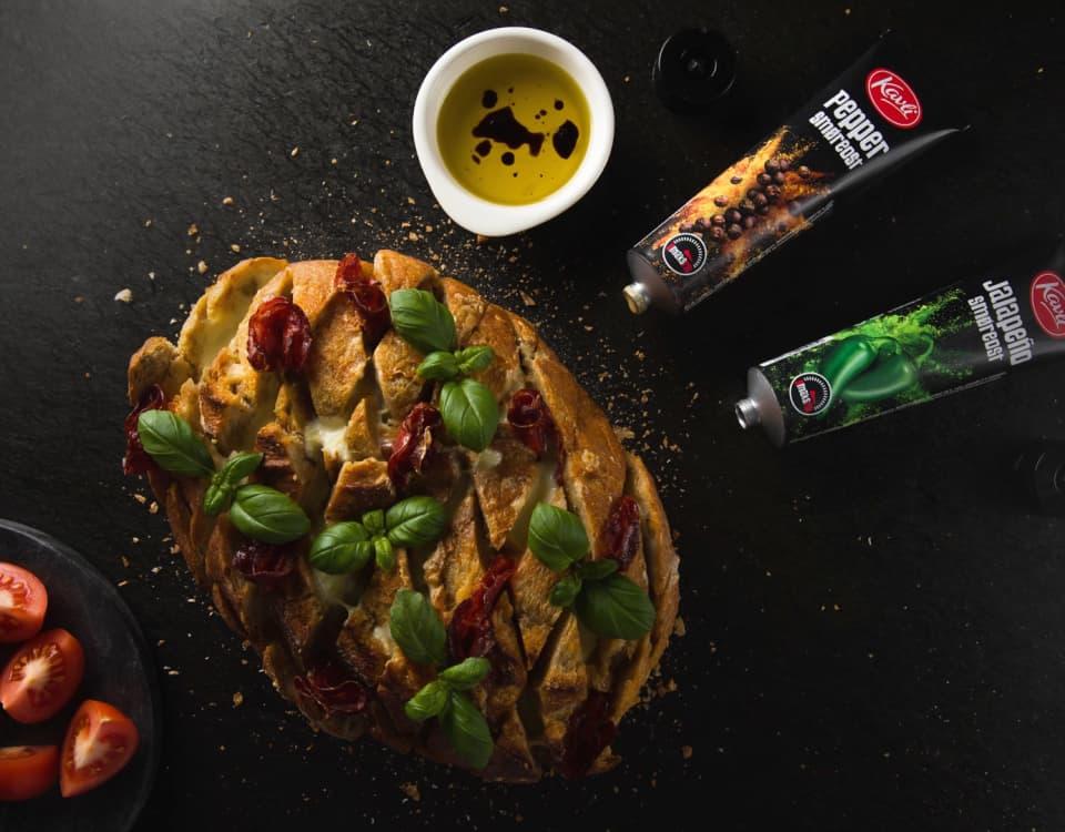 Lag et ostebrød med en av våre smaksrike smøreoster av Jalapeño eller Chili Paprika til deg selv, eller gjestene. En skikkelig smaksvekker på 1 - 2 - 3.