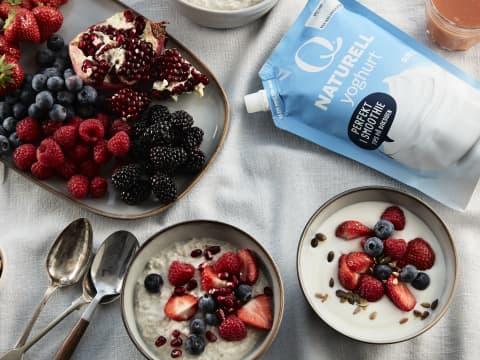 Denne grunnoppskriften av kjøleskapsgrøt, kan varieres i det uendelige. Bland havregryn, melk og yoghurt og topp med bær, nøtter og honning. Så enkelt og så godt.
