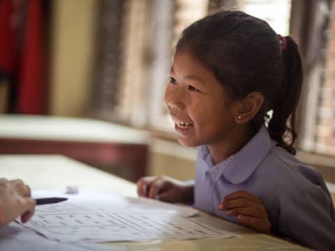 Barn i Nepal får støtteundervisning fra talentfull, lokal ungdom, ved hjelp av den danske organisasjonen Changing Stories