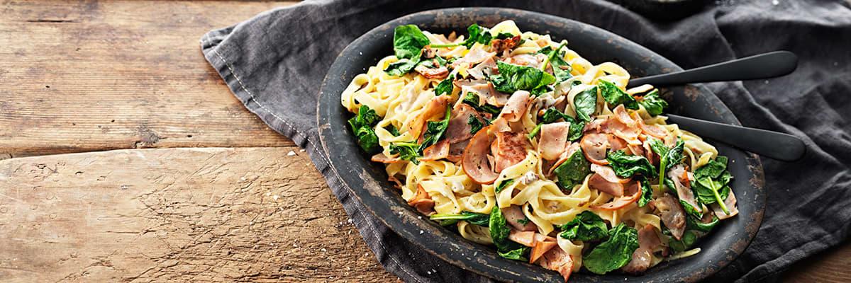 Snabb pasta med kantareller, bacon & spenat