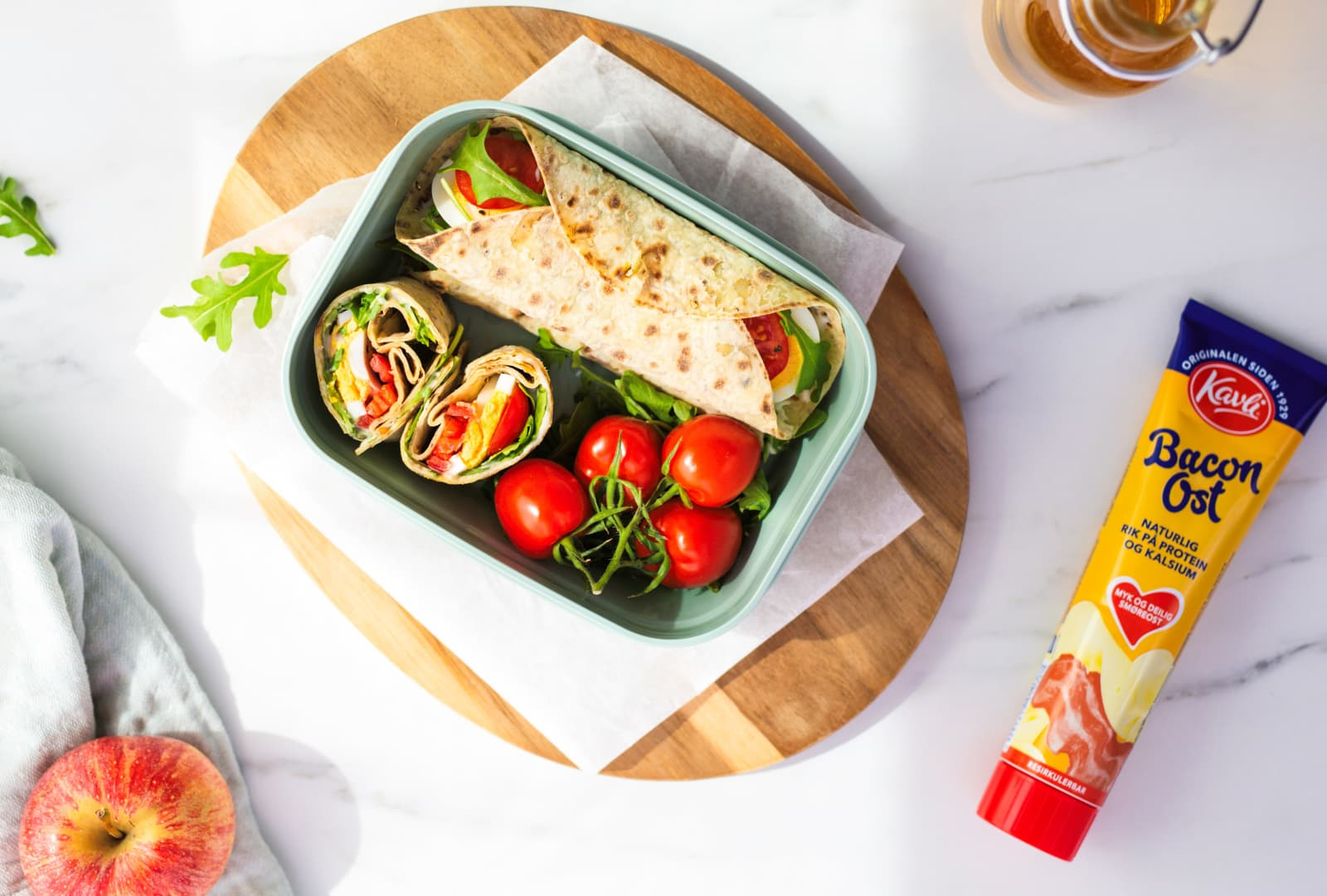 Matpakkeboks fylt med lefser med Kavli BaconOst, kokt egg, tomat og spinat.