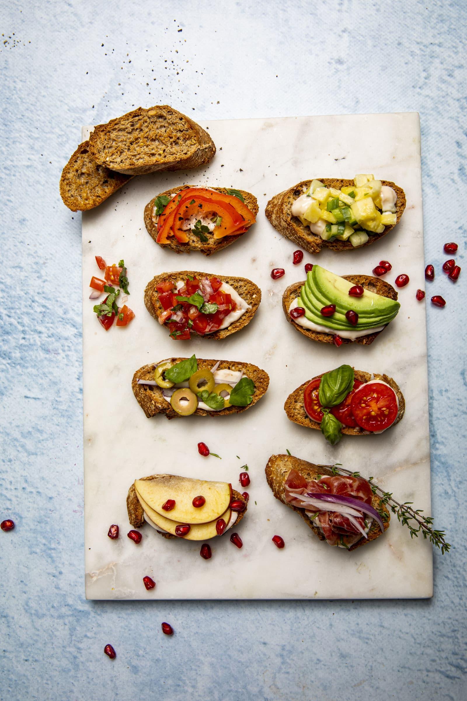 Crostini er tynne og sprø matredderbrødskiver ristet gyldne i ovnen sammen med olivenolje. Smør på MagerOst Skinke og server med smakfull topping, som tomatsalsa, spekeskinke, avokado og koriander, paprika og pepper, eller annet godt som på bildet.