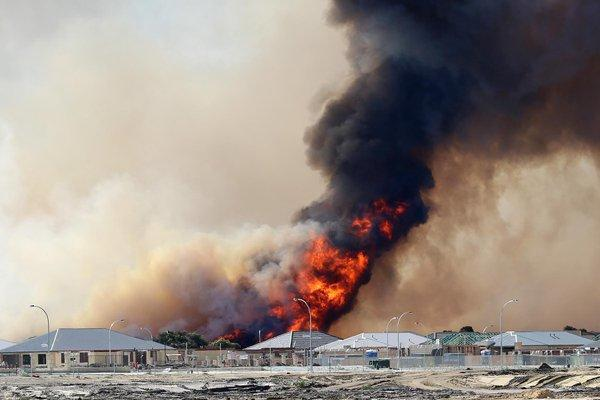 Fire near Whiteman Park in Perth threatens new housing estate. Picture: @hayes6000 via Twitter