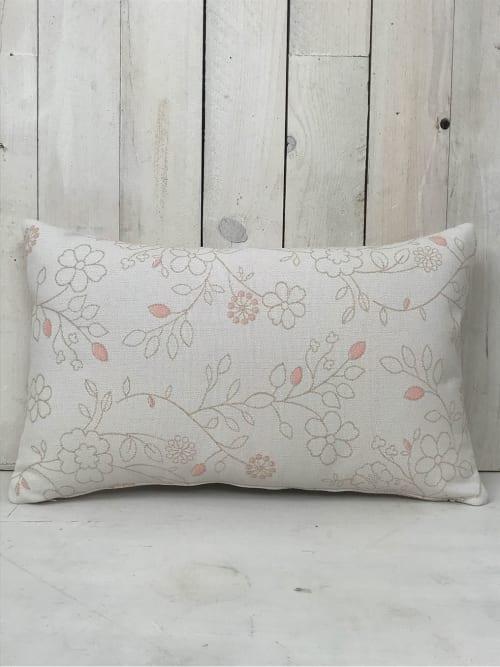 Cuscino morbido con fiori e dettagli rosa