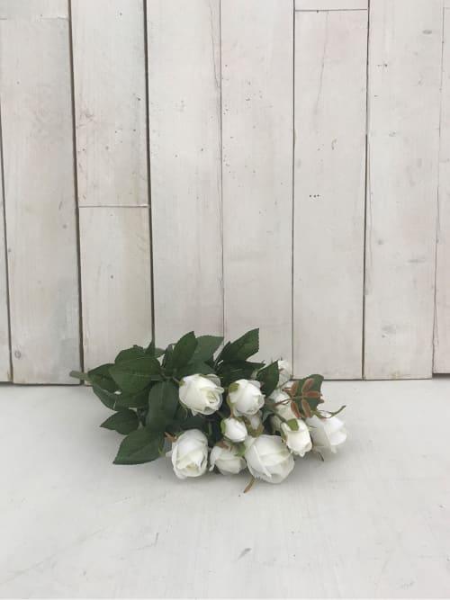 Mazzo di rose finte di colore bianco